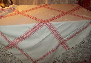 belle nappe ancienne larges liteaux rouges. Black Bedroom Furniture Sets. Home Design Ideas