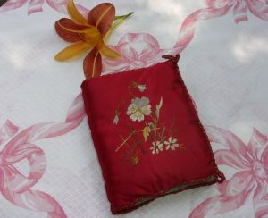 CHARMANTE POCHETTE ANCIENNE BRODEE POUR MOUCHOIRS