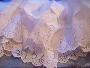 SUPERBE BRODERIE ANGLAISE  MAIN. GRAND VOLANT
