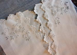 2 BEAUX ELEMENTS ANCIENS BRODERIE ANGLAISE. MAIN