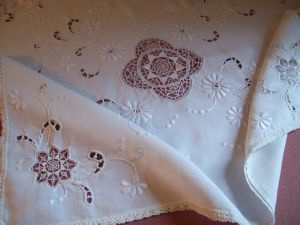 JOLIE PETITE NAPPE ANCIENNE BRODEE ...RIDEAU