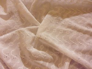 FINE ET TRES BELLE BRODERIE ANGLAISE ANCIENNE . MAIN ***