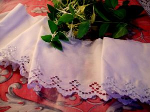 JOLIE BRODERIE ANGLAISE ANCIENNE  REALISEE A LA MAIN