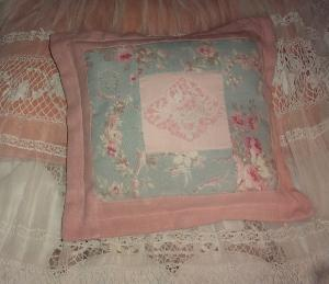 coussin shabby, angelots, broderie et tissus anciens