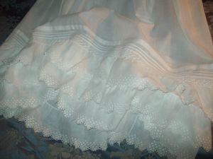 2 a a longue robe de bapteme ancienne avec volants brodes. Black Bedroom Furniture Sets. Home Design Ideas