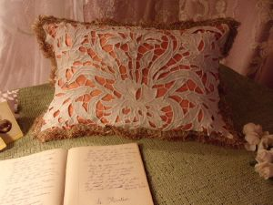 COUSSIN . BRODERIE ANCIENNE . TISSU SOYEUX